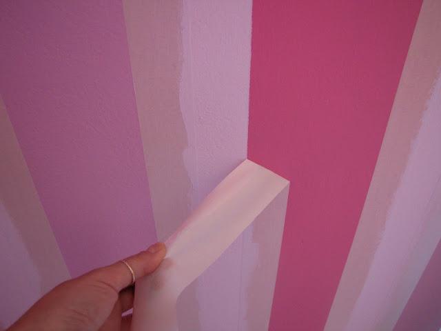 ρίγες στον τοίχο με χαρτοταινία.