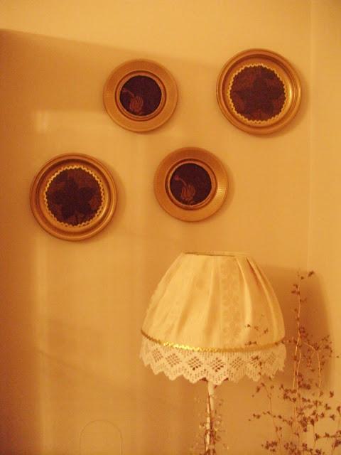 Διακόσμηση σαλονιού με ψεύτικα πιάτα.