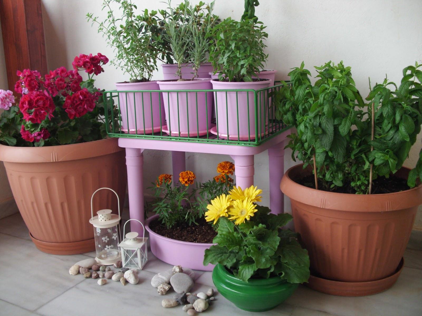 Φτιάξε μια όμορφη γωνιά στο μπαλκόνι σου με λουλούδια.
