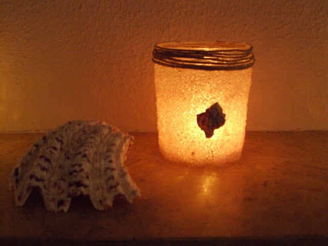 Φαναράκια-κηροπήγια από βάζα και χοντρό αλάτι.