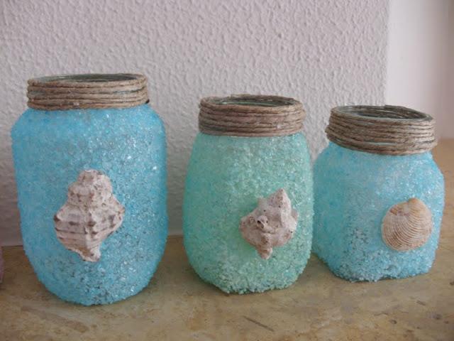 Φτιάξε φαναράκια κηροπήγια από βάζα και αλάτι.
