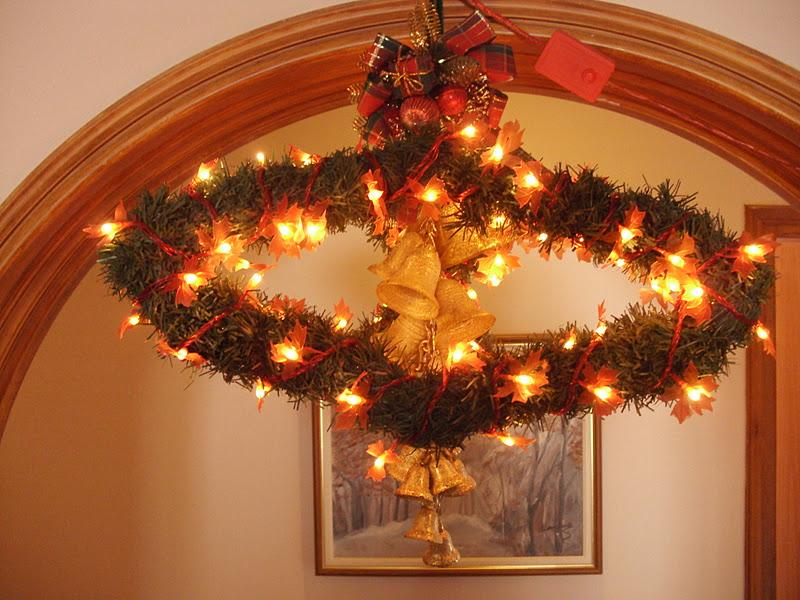 Κατασκευή από κρεμάστρες για τα Χριστούγεννα