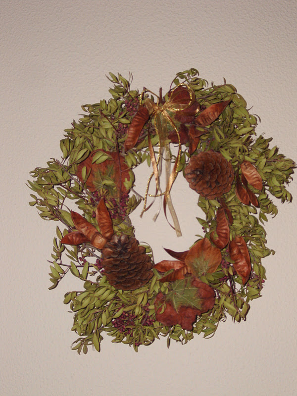 Φθινοπωρινή διακόσμηση και στεφάνι με υλικά της φύσης.