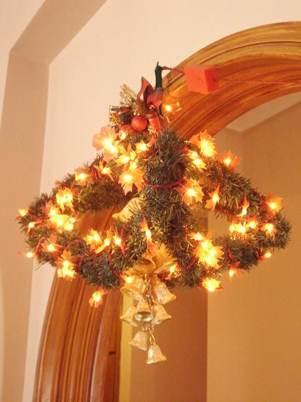 Κατασκευή από κρεμάστρες, χριστουγεννιάτικο φωτιστικό