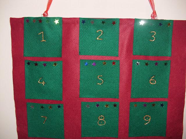 Χριστουγεννιάτικο ημερολόγιο με τσόχα.