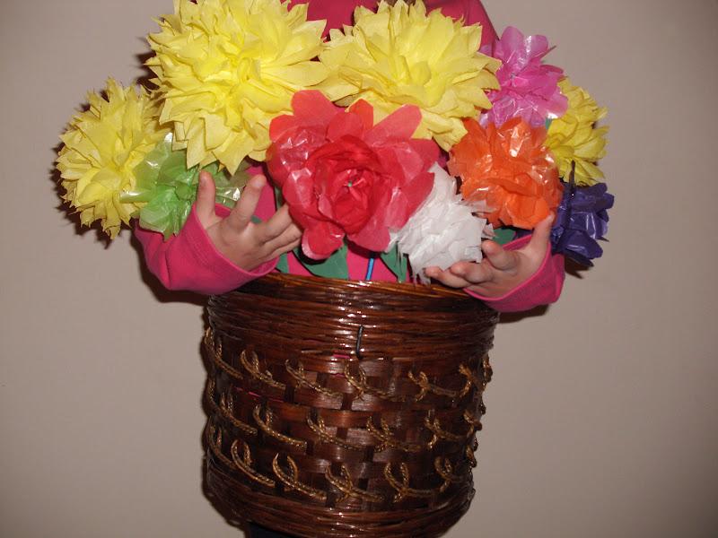 Αποκριάτικη στολή γλάστρα σε καλάθι με λουλούδια