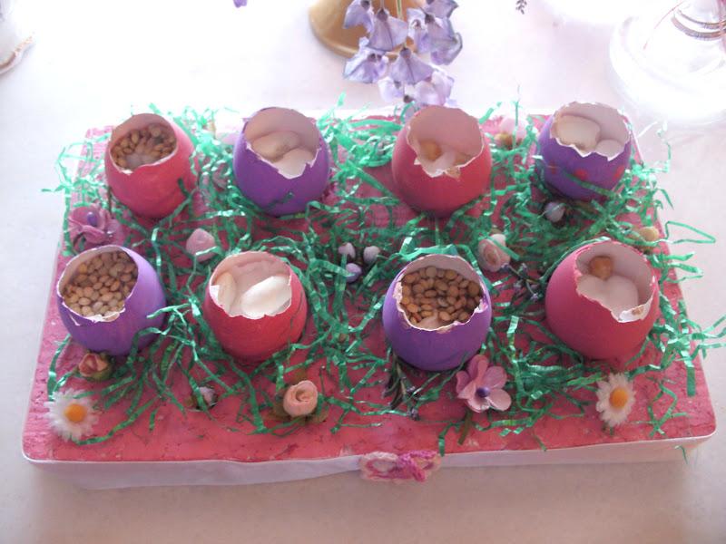 Πασχαλινή κατασκευή με αυγά γλαστρούλες.