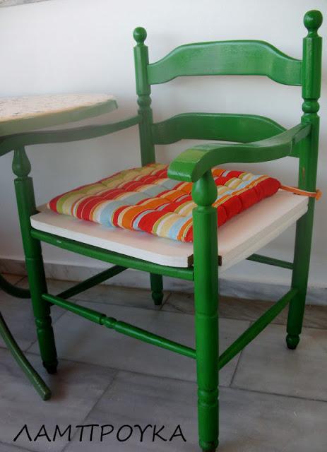 Βάψιμο παλιάς καρέκλας με σπρέι.