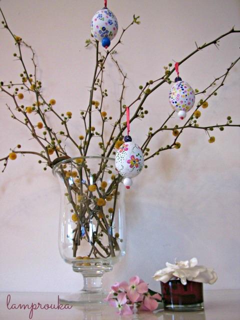 Πασχαλινή διακόσμηση με κλαδιά και αυγά.