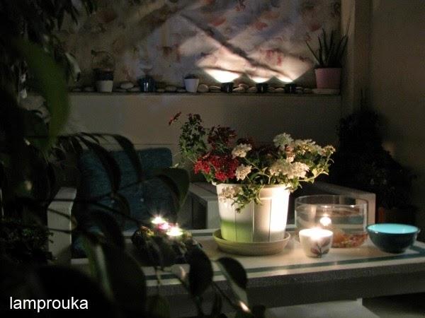 Το καλοκαίρι βάλτε στο μπαλκόνι κεριά και φαναράκια