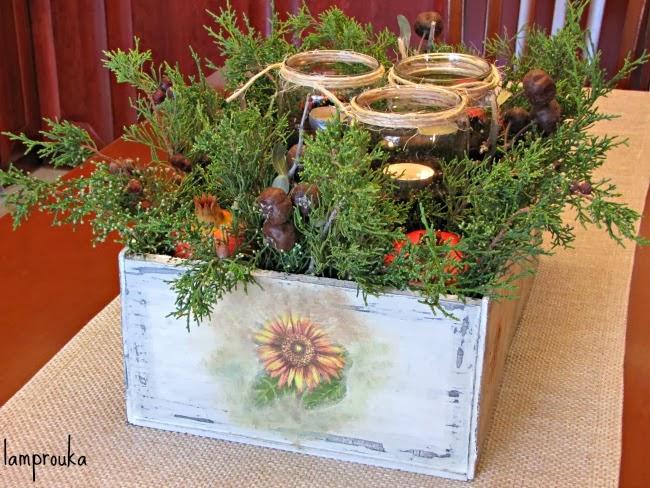 Φθινοπωρινή διακόσμηση με βάζα μέσα σε κουτί για το τραπέζι.