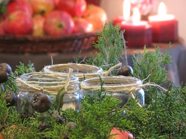 Φθινοπωρινή διακόσμηση για τραπέζι και υλικά της φύσης.
