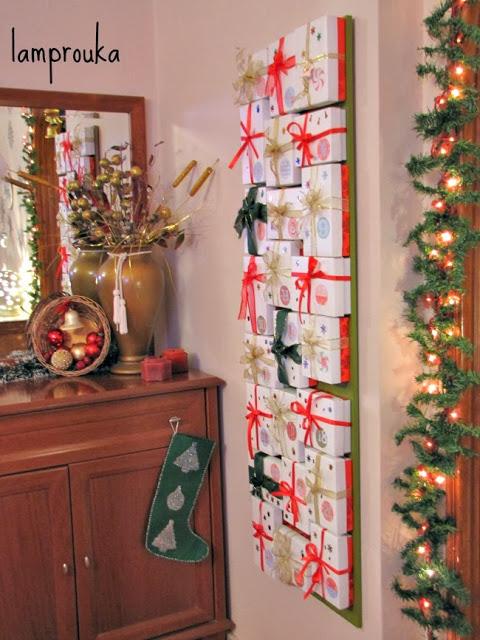 Ημερολόγιο αντίστροφης μέτρησης Χριστουγέννων με κουτιά σε ξύλινη βάση