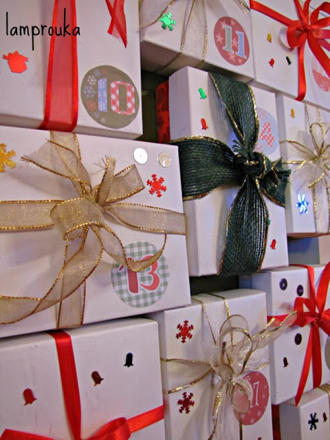Χριστουγεννιάτικο ημερολόγιο αντίστροφης μέτρησης με κουτιά.