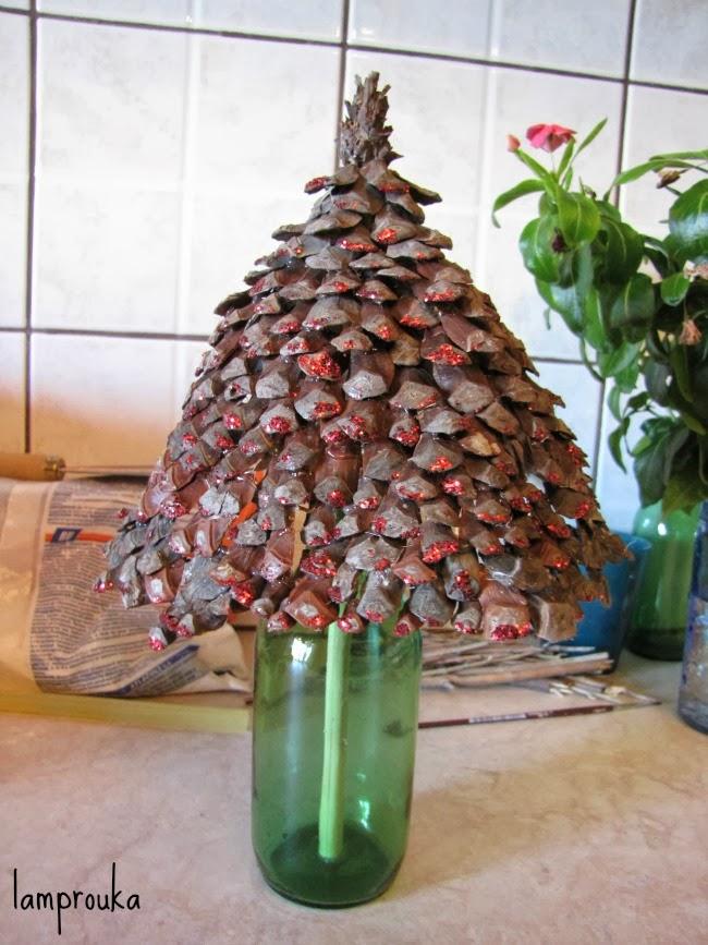 Χριστουγεννιάτικα εναλλακτικά δεντράκια για διακόσμηση από κουκουνάρια