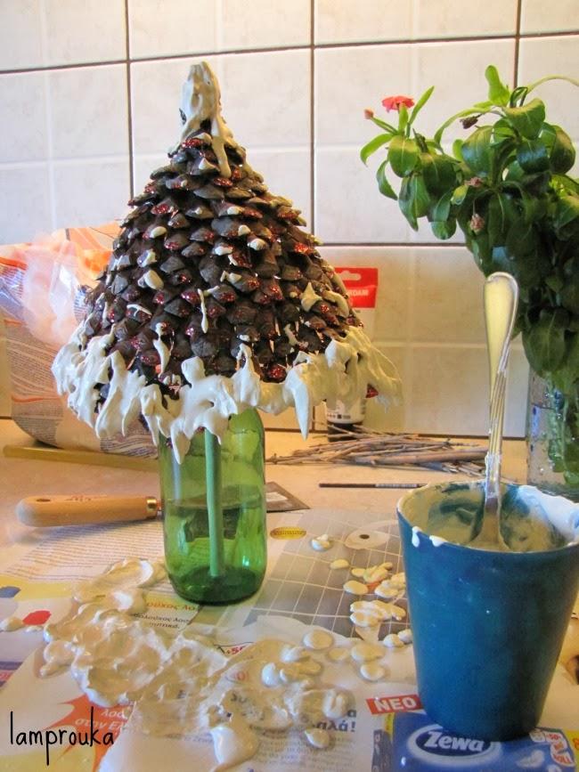 Πως να φτιάξεις δεντράκια από κουκουνάρια