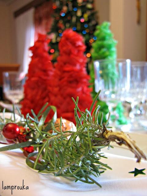 Λαμπερό γιορτινό τραπέζι Χριστουγέννων.