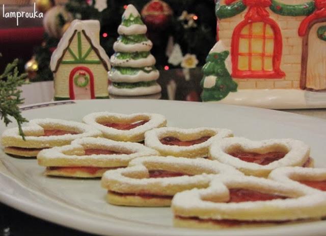 Χριστουγεννιάτικα μπισκότα βουτύρου με μαρμελάδα.