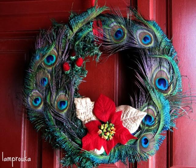 Χριστουγεννιάτικο στεφάνι με φτερά παγωνιού.