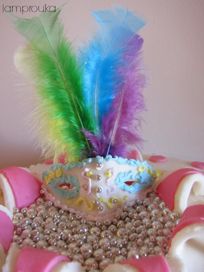 Αποκριάτικη τούρτα με μάσκα και φτερά.