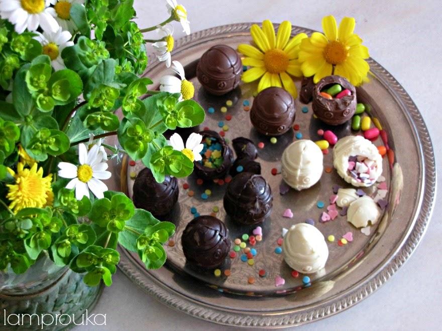 Φτιάξε σοκολατένια αυγά με έκπληξη με διάφορες σοκολάτες.