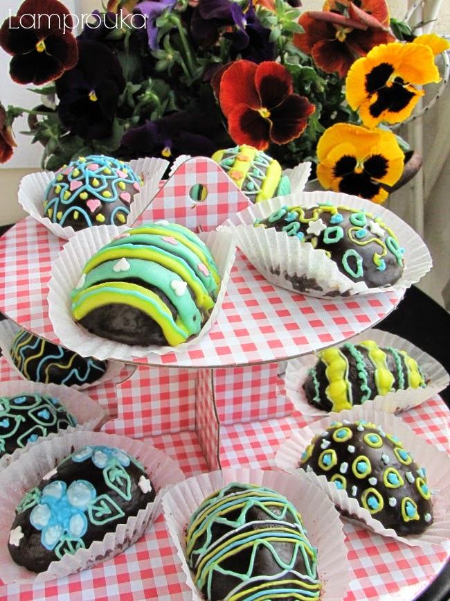 Σοκολατένια capcakes σε σχήμα αυγού με αυγόγλασο και ζαχαρωτά