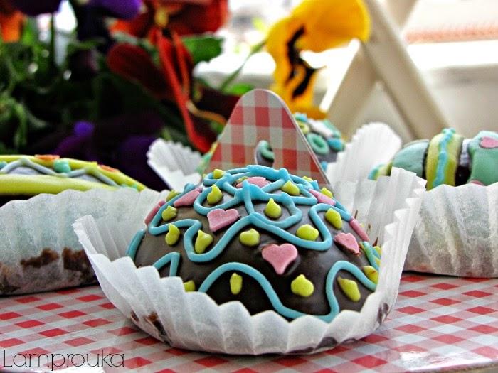 Κεκάκια σε σχήμα αυγού σοκολατένια και διακόσμηση με αυγόγλασο