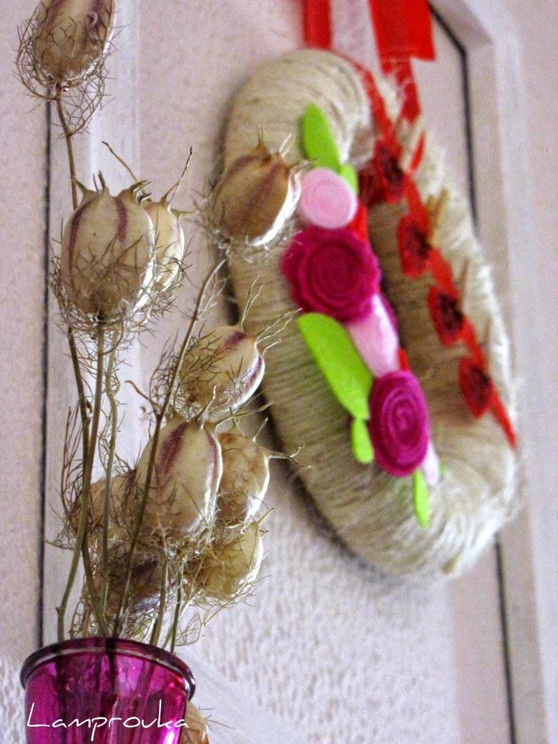 Ανοιξιάτικο στεφάνι με σπάγκο και λουλούδια και διακόσμηση τζακιού