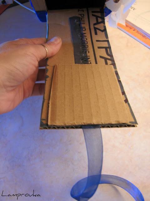 Δημιουργούμε ένα πορτάκι για να κρεμάσουμε κορδέλες στην πινιάτα