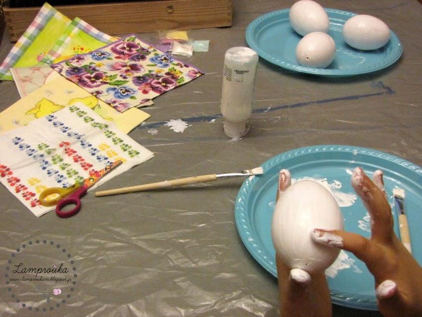 Βάφουμε τα αυγά με λευκό χρώμα.