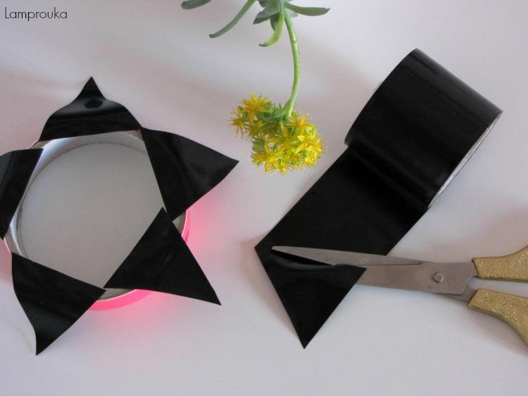Τριγωνάκια στους τοίχους με αυτοκόλλητη ταινία.