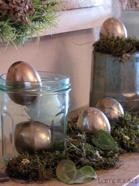 Χρυσά διακοσμητικά αυγά.
