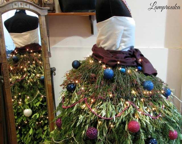 Χριστουγεννιάτικο δέντρο φόρεμα για διακόσμηση βιτρίνας.