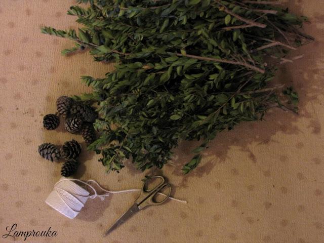 Χριστουγεννιάτικο ημερολόγιο με κλαδιά και κουκουνάρια.