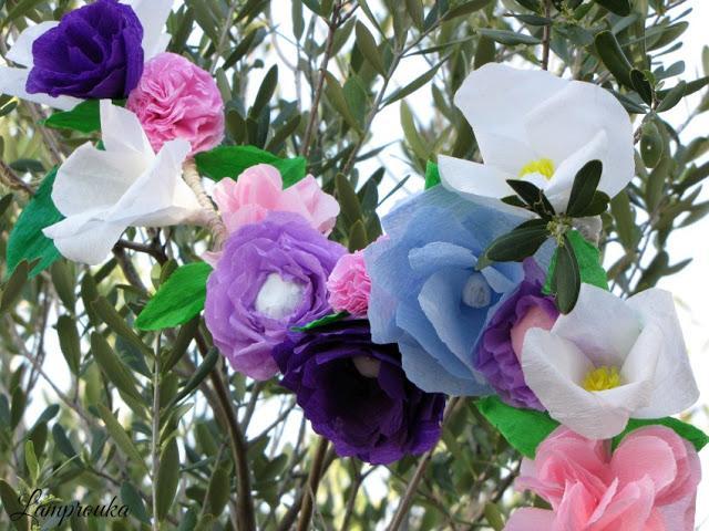 Φτιάξε γιρλάντα με χάρτινα λουλούδια για διακόσμηση.