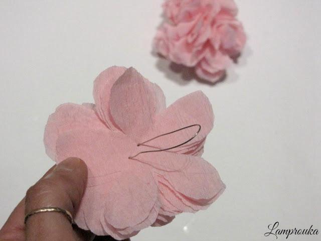 Φτιάξε χάρτινα λουλούδια για διακόσμηση.