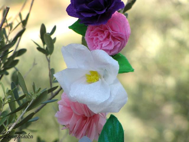 Γιρλάντα με χάρτινα λουλούδια diy.