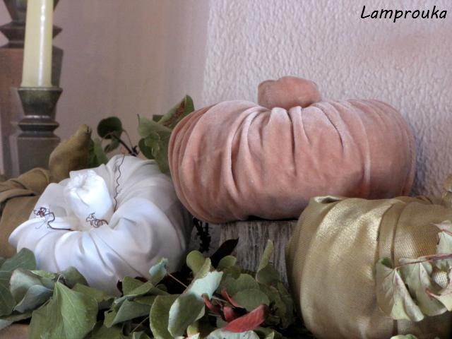 Φθινοπωρινή διακόσμηση τζακιού με κολοκύθες.
