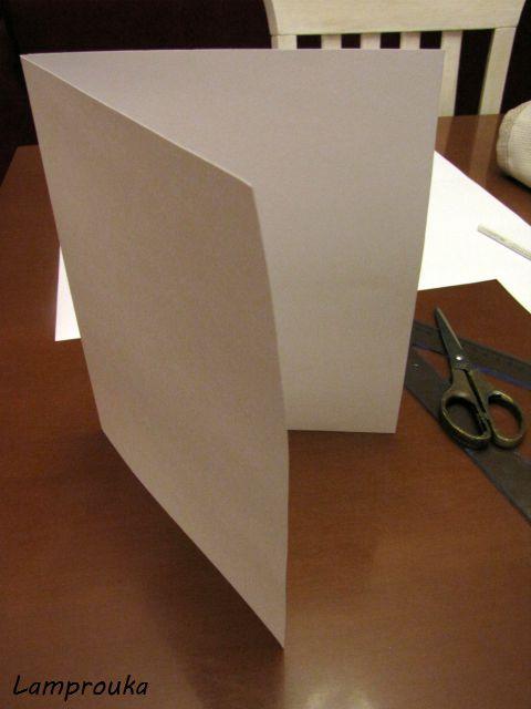 Κόβουμε το χαρτόνι για την χριστουγεννιάτικη κάρτα.