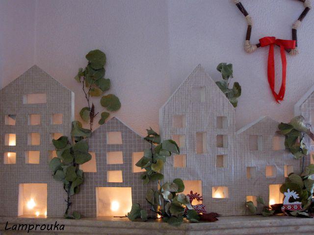 Διακόσμηση τζακιού με σπιτάκια για τα Χριστούγεννα.