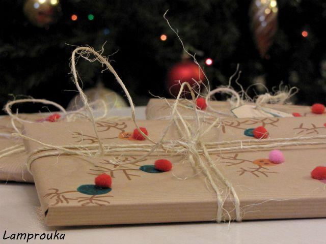 Χειροποίητη χριστουγεννιάτικη συσκευασία δώρου.