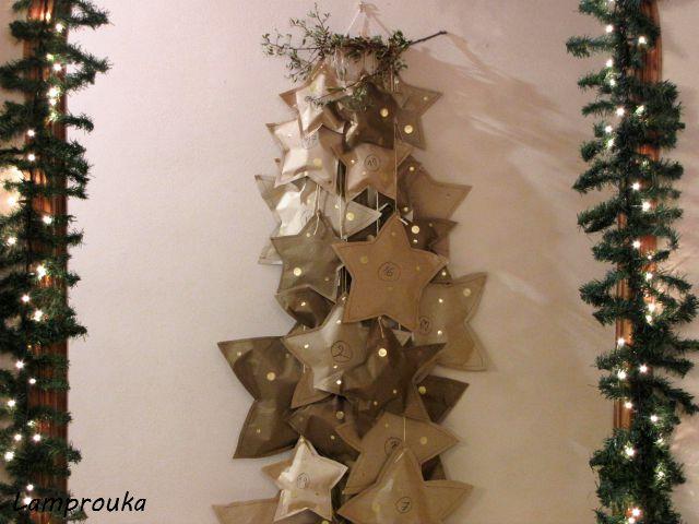 Χριστουγεννιάτικο ημερολόγιο αντίστροφης μέτρησης χάρτινα αστέρια.