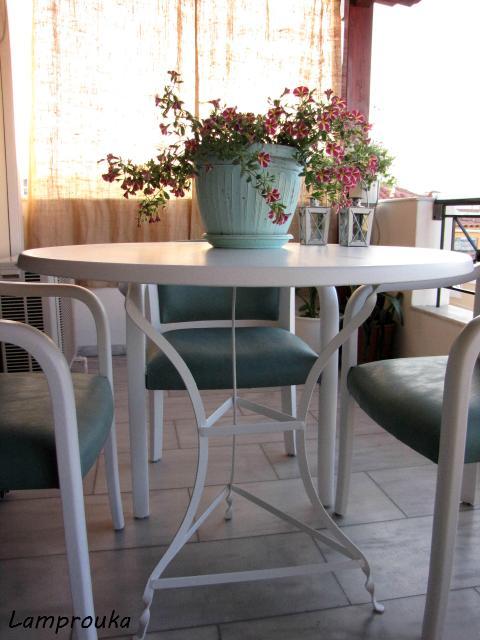 Συμβουλές για να βάψεις τραπέζι και καρέκλες με ριπολίνη νερού.