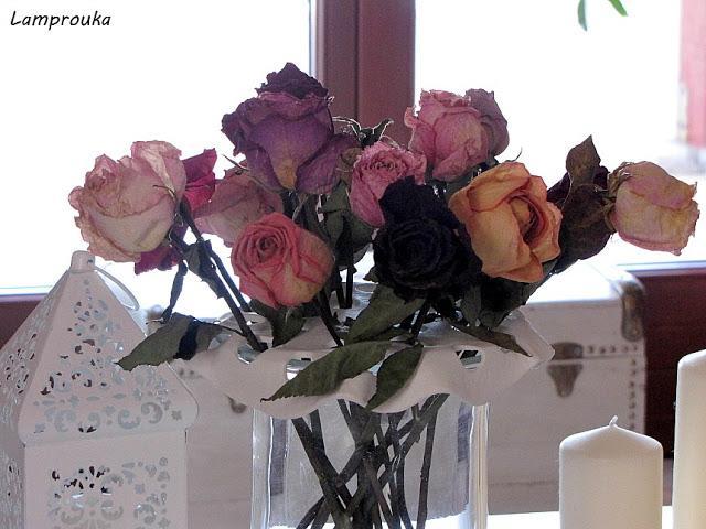 Διακόσμηση με αποξηραμένα τριαντάφυλλα.