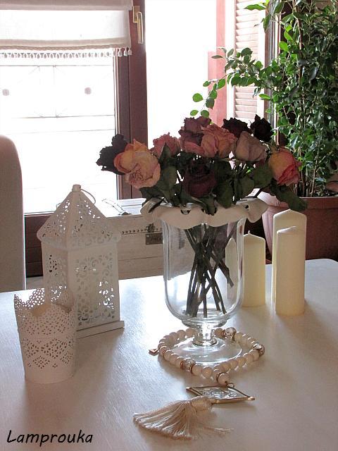 Φτιάξε μια βάση από πηλό για τα λουλούδια του ανθοδοχείου.