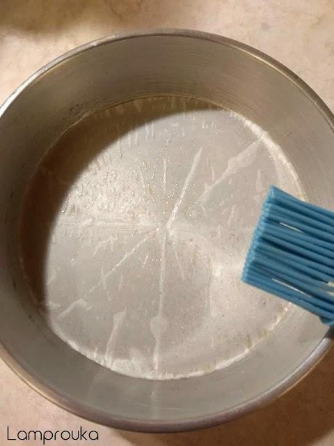 Βουτυρώνουμε το ταψάκι για το παντεσπάνι.