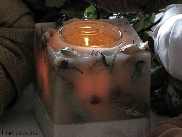Φτιάξε κερί σε βάση από τσιμέντο και αποξηρεμένα λουλούδια.