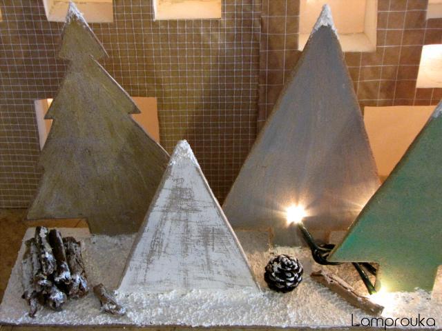 Χριστουγεννιάτικη διακόσμηση τζακιού με ξύλινα δεντράκια.
