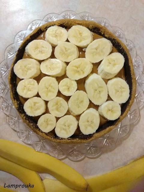 απλώνουμε τις μπανάνες πάνω στο καραμελωμένο ζαχαρούχο