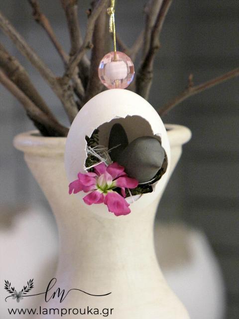 διακόσμηση με αυγά πάνω σε κλαδιά για το Πάσχα